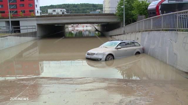 Überschwemmung bei Bahnunterführung in Schlieren