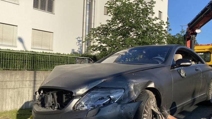 Der Mercedes hielt an...