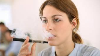 Die Dämpfe der E-Zigaretten sind nicht so harmlos, wie sie aussehen.THINKSTOCK