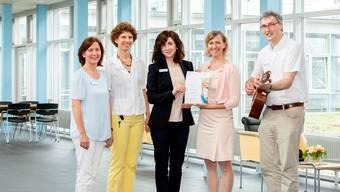 Elke Wünnenberg von «Singende Krankenhäuser e.V.» (2.v.r) überreicht das Zertifikat an Ulrike Noffke, Beate Roelcke, Julia Finken und Clemens Kluge (v.l.).