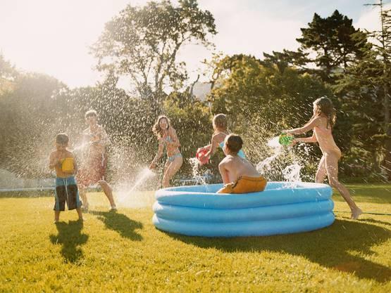 Um Wasser zu sparen, sollten Pools nicht gefüllt werden. Stattdessen kann man sich im See oder Fluss abkühlen.