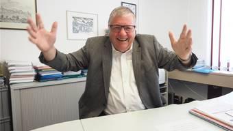 «Auf Stufe Gemeinde kann man viel bewegen und das Erreichte ist konkret, ist sicht- und fassbar»: Hansueli Bühler in seinem Büro im Gemeindehaus. Archiv/twe