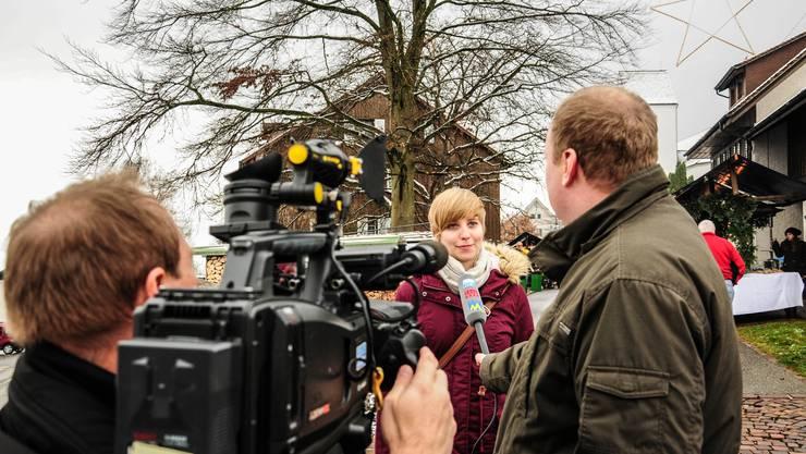 Sie stahl dem Gemeindeammann am Wochenende die Show: Johanna Gündel bei einem TV-Interview am Weihnachtsmarkt vom Samstag in Oberwil-Lieli.