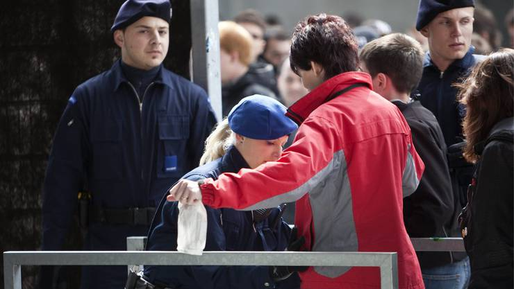 Fussballfans werden beim Eingang ins Stadion auf unerlaubte Gegenstände durchsucht.
