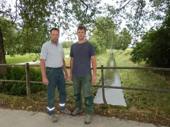 Beat Wyss (l.) und Adrian Knuchel über dem Kanal