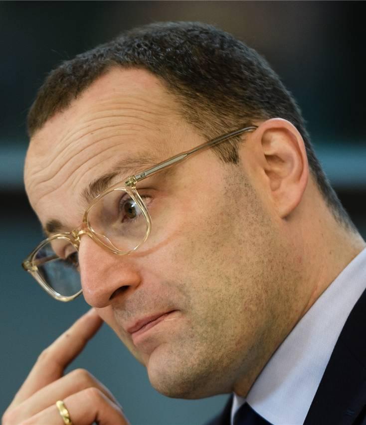 Der 38-Jährige aus Nordrhein-Westfalen ist seit März Gesundheitsminister. Zuvor sass er 16 Jahre lang im Bundestag. Spahn hat nach seiner Banklehre an der Fernuniversität Hagen Politologie studiert. Er lebt mit seinem Ehemann in Ahaus an der holländischen Grenze.