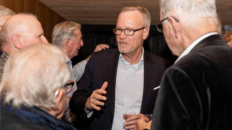 Hans Egloff von der SVP ist der einzige Limmattaler im Nationalrat und als Kämpfer für Hauseigentümer ein schweizweit bekanntes Gesicht. Er mischte sich auch unters Volk, wie etwa hier nach einer Podiumsdiskussion zur Selbstbestimmungsinitiative letzten November in Aesch. Bei den kommenden Wahlen im Herbst tritt er nicht mehr an.