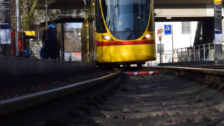 In Reinach ist am Donnerstag eine 88-jährige Frau von einem Tram erfasst und verletzt worden. (Themenbild)