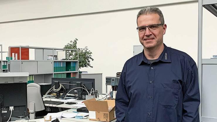 Fürs Foto stellt sich Geschäftsführer Reto Bader ins Entwicklungszentrum der Firma.