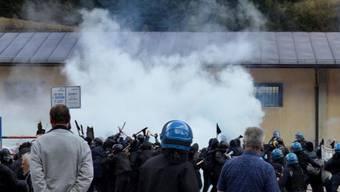 Die Polizei setzte Tränengas gegen die etwa 500 Protestierenden ein.