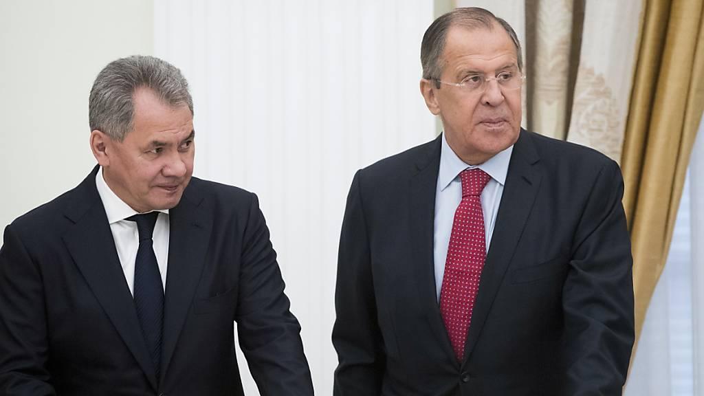 Sergej Schoigu (l), Verteidigungsminister von Russland, und Sergej Lawrow, Aussenminister von Russland, warten auf ein Treffen im Kreml. (Archivbild)