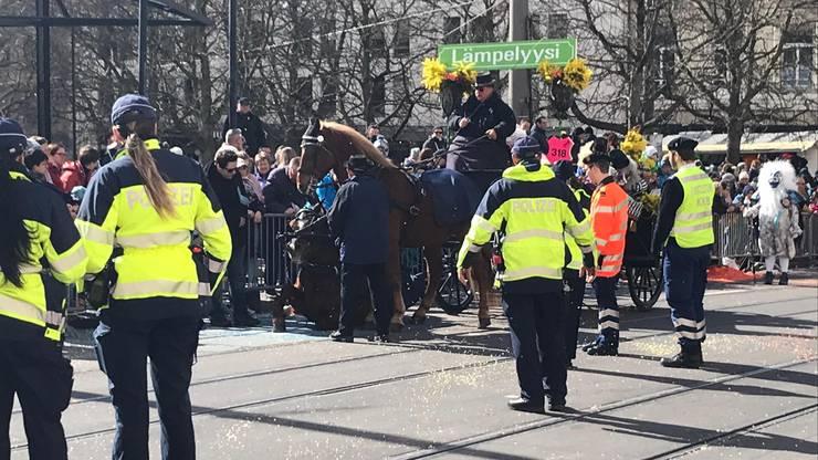 Auch am Mittwoch kam es zu einem erneuten Unfall mit einer Chaise. Das Pferd rutschte auf einer Bodenplatte aus.