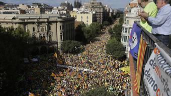 Knapp drei Wochen vor einem umstrittenen Unabhängigkeitsreferendum in Katalonien haben Hunderttausende Menschen in Barcelona für die Trennung der Region von Spanien demonstriert.
