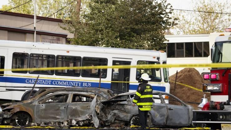 Feuerwehrleute am Absturzort nahe des Flughafens Teterboro. Wie durch ein Wunder gab es neben der Crew keine weiteren Opfer.