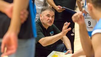 Basketball-Trainer Milenko Tomic in seinem Element: coachend, gestikulierend, dirigierend.