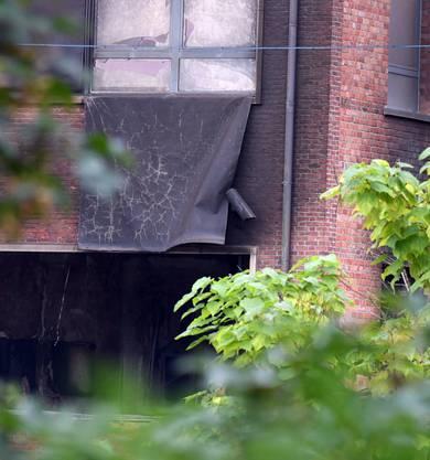 Beschädigtes Polizeigebäude in Brüssel. Es handelt sich um ein Kriminallabor.