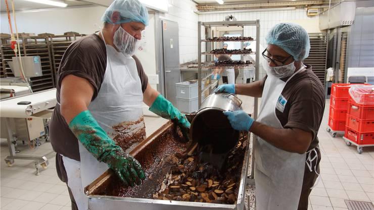 Produktionsleiter Stefan Fust (links) hat inzwischen sechs Jahre Erfahrung in der Magenbrot-Produktion. Dominic Kobelt