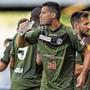 Flüssigkeit für den schwitzenden Körper: Miroslav Covilo vom FC Lugano gönnt sich eine Erfrischung.