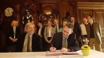 Ein Bild aus alten Tagen, die Akteure an vorderster Front sind immer noch dieselben: Beat Käch (Präsident) und Pirmin Bischof (Sekretär des Staatspersonalverbands) unterzeichnen im Oktober 2004 den Gesamtarbeitsvertrag.