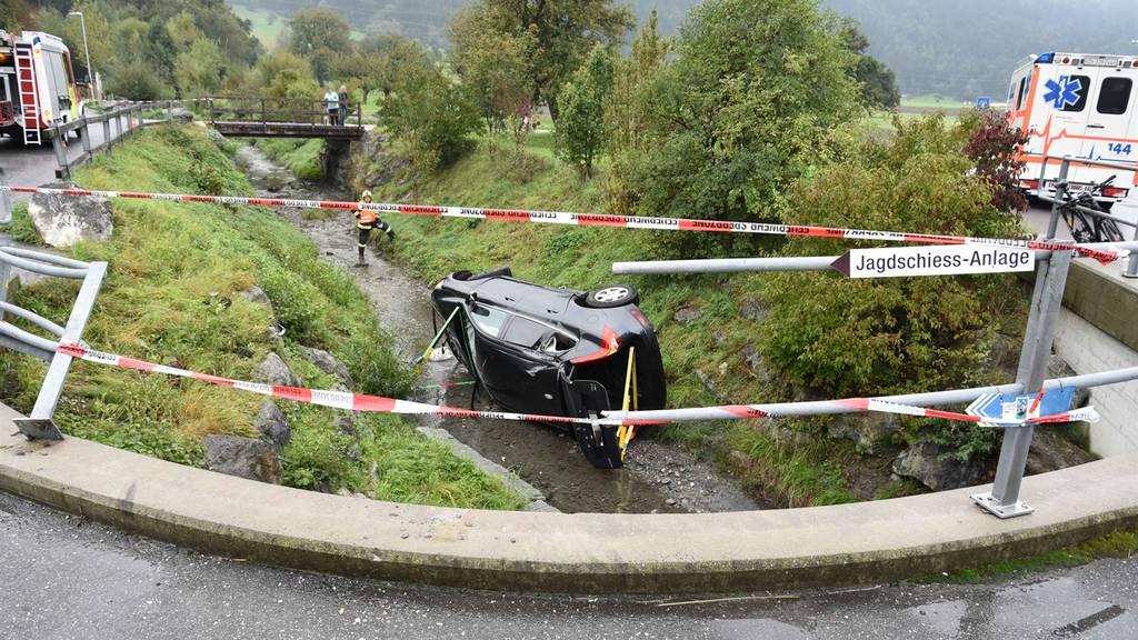 Brückengeländer durchbrochen – Auto landet in Bachbett