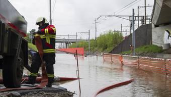 Die SBB-Strecke zwischen Rotkreuz und Cham ist wegen Hochwasser unterbrochen. Die Feuerwehr pumpt das Wasser ab.