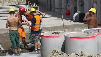 Ist ab 2019 nicht mehr erlaubt: Ohne T-Shirt und Bauhelm ohne Nackenschutz im Freien zu arbeiten. Der Baumeisterverband läuft gegen diese Massnahmen der Suva Sturm. (Symbolbild)