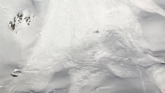 Die Schneemassen rissen den Snowboarder am Piz Nair rund 400 Meter mit. Er wurde schwer verletzt.