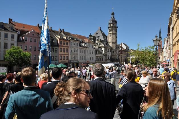 Einmarsch von Jugend- und Stadtmusik Olten auf den malerischen Marktplatz von Altenburg. (Foto: Patrick Weibel-Adam)