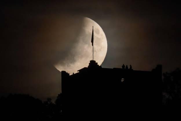 Die partielle Mondfinsternis ist schon ein rechtes Stück fortgeschritten, Ruine Wartenberg Muttenz