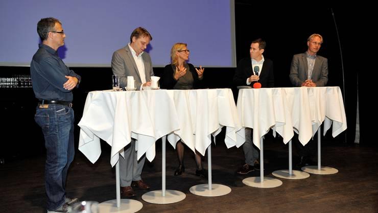 Sie diskutierten im Uferbau über die Themen Dichtestress und Nachhaltigkeit (v. l): Marc Frölich, Giancarlo Perotto, Barbara Emmenegger, Moderator Lucien Fluri und Peter de Haan.