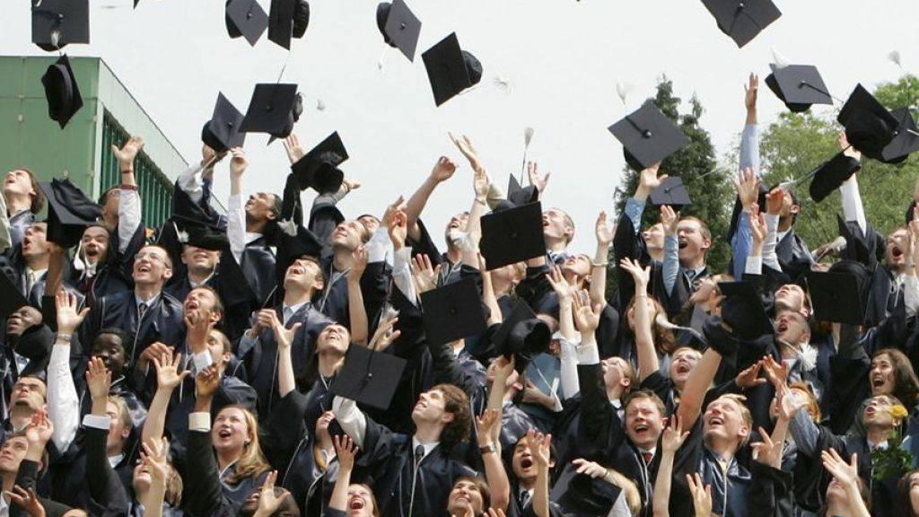 Wer einen Studienabschluss in der Tasche hat, hat noch lange nicht ausgesorgt. In der Schweiz haben 4,8 Prozent der Studienabsolventen ein Jahr nach dem Abschluss noch keine Stelle. In der Romandie liegt der Prozentsatz sogar bis zu doppelt so hoch. (Symbolbild)