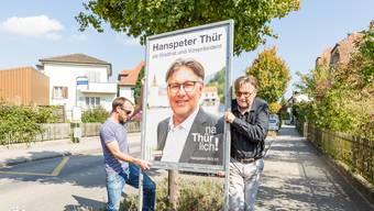 Hanspeter Thür räumt Plakate ab