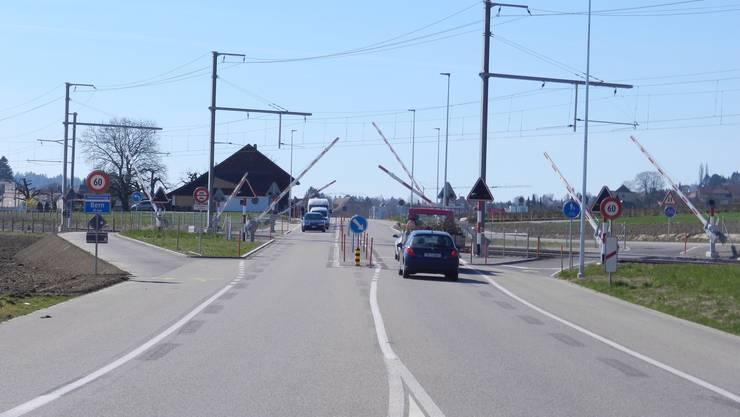 Der Velolenker kam aus der Richtung Lohn-Ammannsegg. Beim Bahnübergang wurde er von einem Auto touchiert. (Archiv)