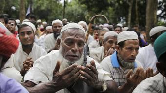Rohingya-Flüchtlinge beim Gedenk-Gebet in einem Flüchtlingslager in Bangladesch.