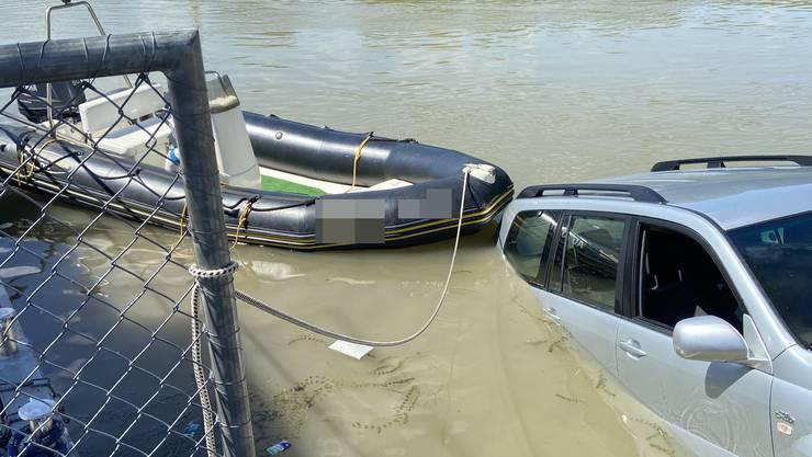 In Laufenburg landet ein Auto beim Wassern des Bootes im Rhein.