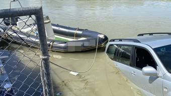 Unfall: Auto geht baden