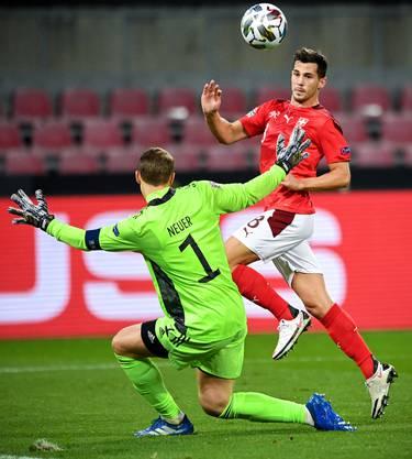 Remo Freuler erzielt gegen Manuel Neuer ein schönes Tor.