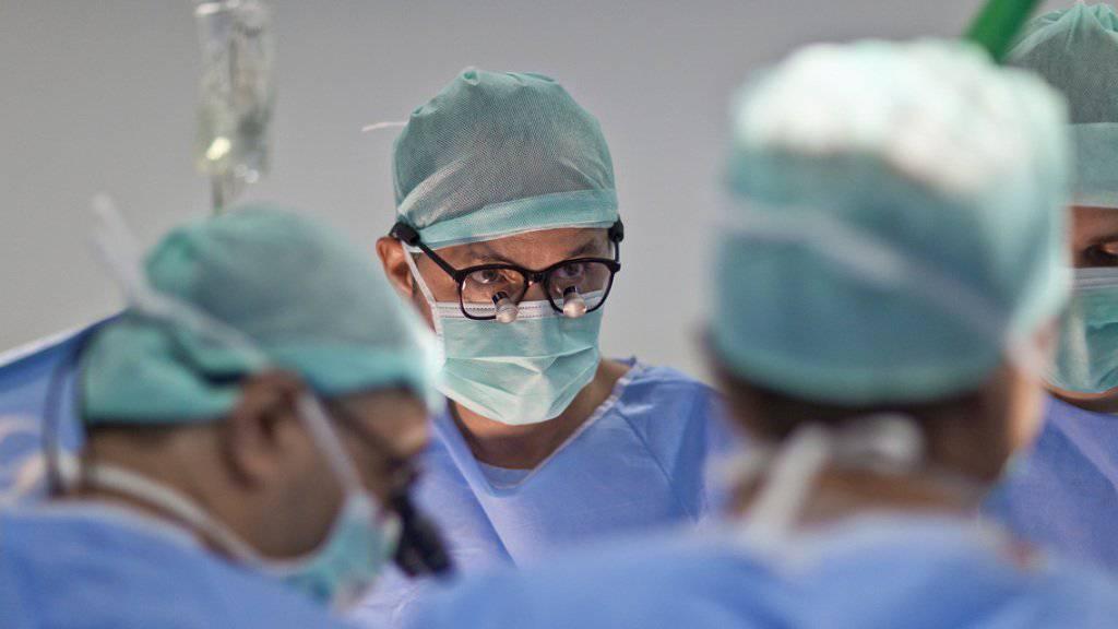 Ein Schweizer Ärzte-Team während der Entnahme eines für eine Transplantation vorgesehenen Herzens bei einem Unfallopfer.(Archivbild)
