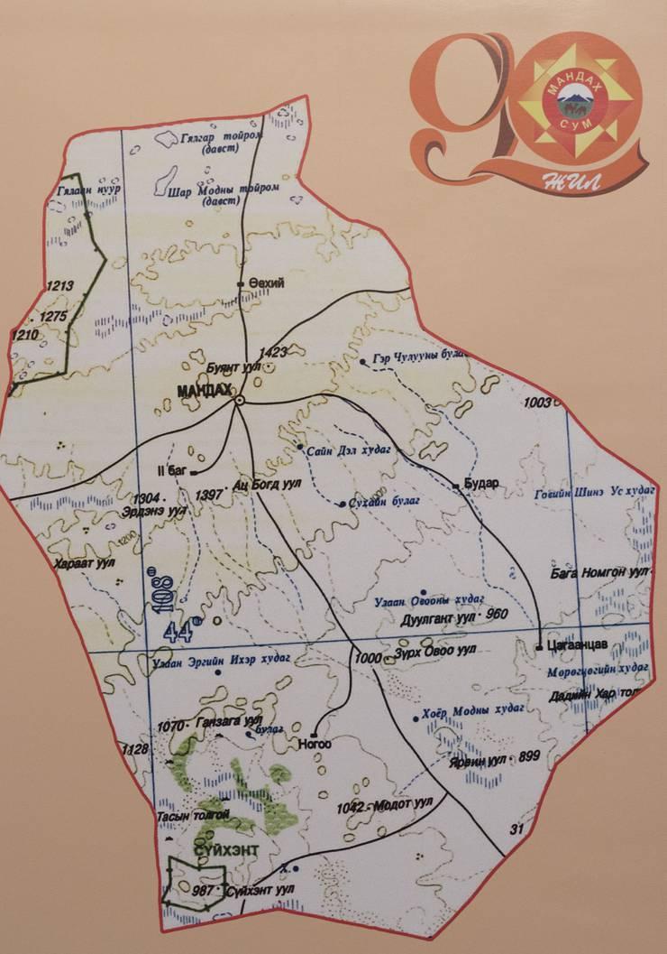 Mandakh-Karte im Jubiläumsbuch. Martin Vogt hat in der Mongolei die Gemeinde Mandakh (Mandach) besucht, auf seinem Computer zeigt er Fotos, die er geschossen hat. Brugg, 14. Februar 2018.