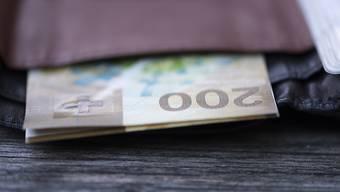 Frauen in der Schweiz erhalten im Schnitt knapp ein Fünftel weniger Lohn als die Männer. Fast 43 Prozent der Unterschiede lassen sich nicht begründen. Im Mittel haben Frauen monatlich 657 Franken weniger in der Lohntüte als Männer mit haargenau denselben Voraussetzungen (Archivbild).