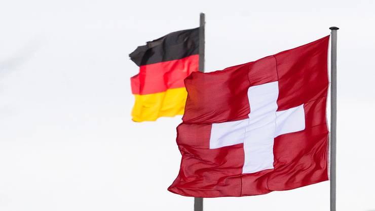 Noch wehen Schweizer Fahnen auch im Ausland.Markus Schreiber/Key