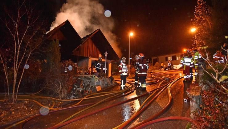 Nebst 60 Feuerwehrleuten wurden zwei Ambulanzen aufgeboten