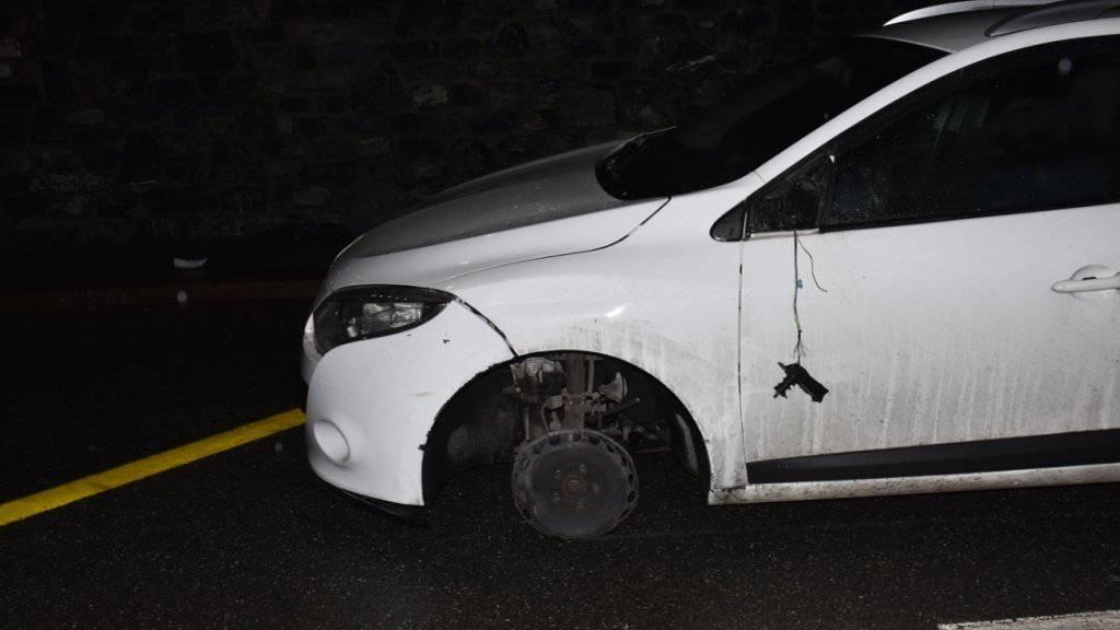 Ein 80-jähriger Autolenker ist am Samstagabend bei Klosters nach zwei Kollisionen auf den Felgen weitergefahren, bis es nicht mehr ging.