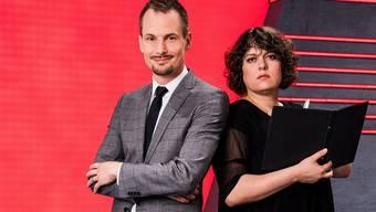 Sie soll für Auflockerung sorgen: Kabarettistin Patti Basler mit Moderator Jonas Projer.