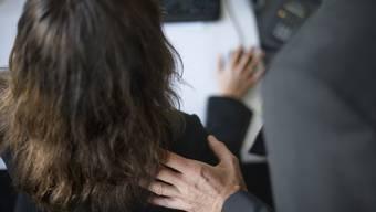 Der Firmenchef belästigte eine Angestellte am Arbeitsplatz, nachdem er sich ihr zuvor in einem Hotelzimmer genähert hatte. (Symbolbild)