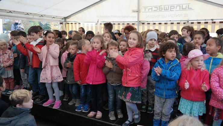 Auch die jüngeren Schülerinnen und Schüler erfreuten das Publikum am Festakt mit mehreren einstudierten Liedern