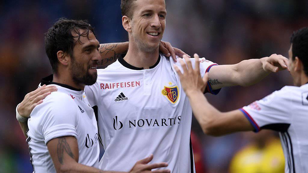 Marc Janko wird in Vaduz zu seinem Tor zum 1:0 für Basel beglückwünscht