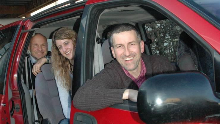 Andreas Wahlen mit seinem Pfarrkollegen Peter Hediger und der Sozialdiakonin Rebekka Gloor am Steuer seines bisherigen gewöhnlichen Familienautos. Die drei fahren bald nach Genf – allerdings im Zug.
