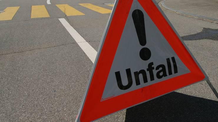 Auf der Schulhausplatzkreuzung kollidierten zwei Autos, weil einer der Autofahrer das Rotlicht missachtete. (Symbolbild)