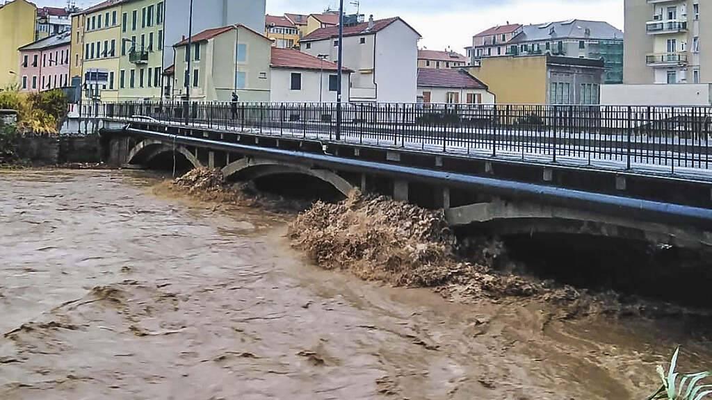 Blick auf einen Fluss in der Nähe von Savona, der nach schweren Regenfällen in der Region überschwemmt wurde. Italien ist zum Wochenstart von teils heftigen Unwettern heimgesucht worden. Foto: Tano Pecoraro/LaPresse/AP/dpa